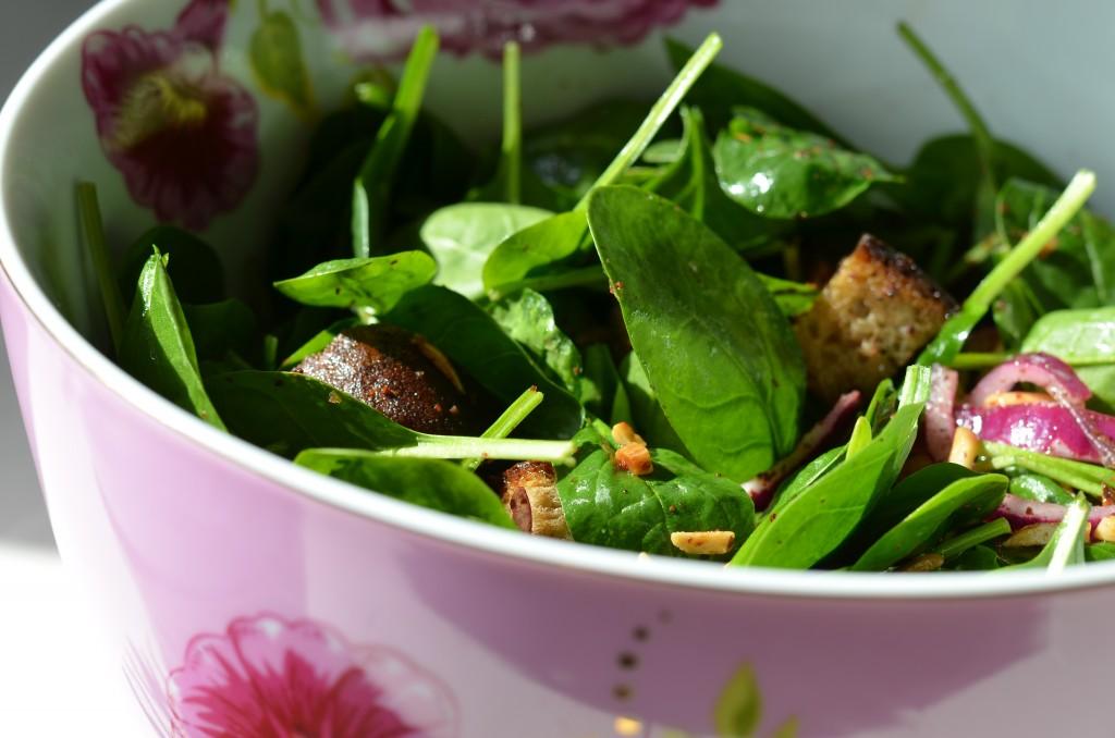 Spinatsalat mit Datteln und Mandeln